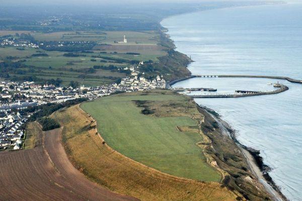 Vue aérienne du Mont Castel, à côté de Port en Bessin (Calvados)