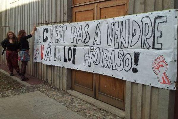 Banderoles, tables et cadenas ont été installés à Montpellier 3 pour barrer l'accès aux salles de cours