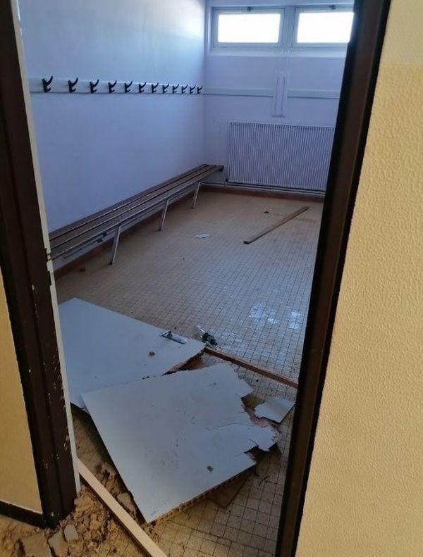 Des portes de vestiaires ont été arrachées.