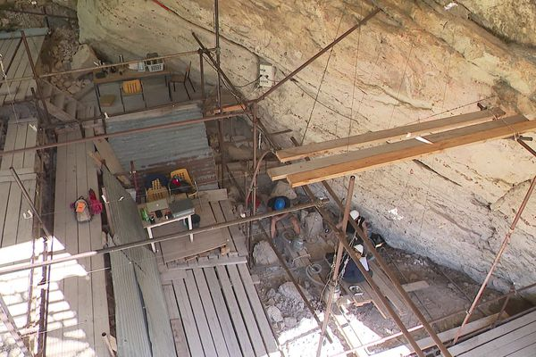 Les archéologues s'affairent à l'intérieur de l'abri.