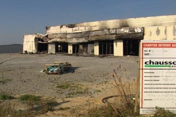 Le bâtiment du futur bowling de Saint Junien après l'incendie ce matin