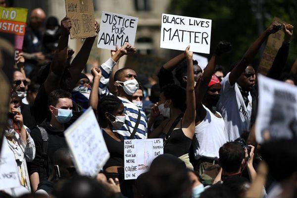 Des milliers de personnes ont participé à la manifestation contre le racisme et les violences policières à Paris ce samedi.