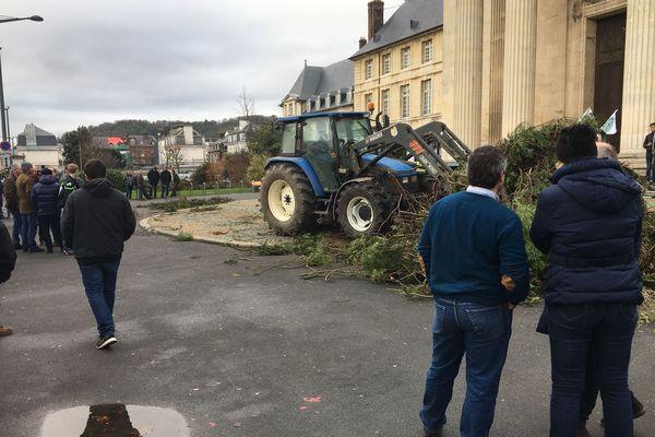Les agriculteurs en colère devant la préfecture à Rouen