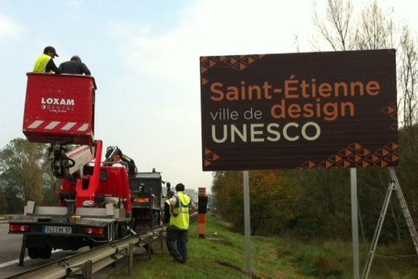 Un panneau a été affiché cet après-midi, en bordure de l'A72 (direction St-Etienne), à hauteur de Villars.