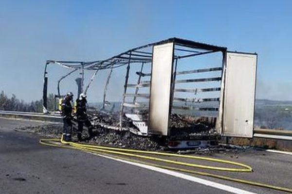 La remorque d'un poids lourd s'est détachée, puis a pris feu, au niveau de Leucate, sur l'A9, dans l'Aude. 20 août 2015.