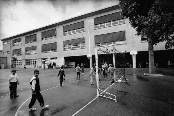 Dans de nombreuses écoles, les matches de foot prennent place au centre de la cour de récréation