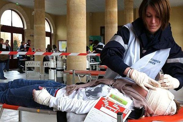 Les pompiers prennent en charge les (faux) blessés lors de l'exercice de sécurité sur le site Total du Merlerault (Orne), le 2 décembre 2013