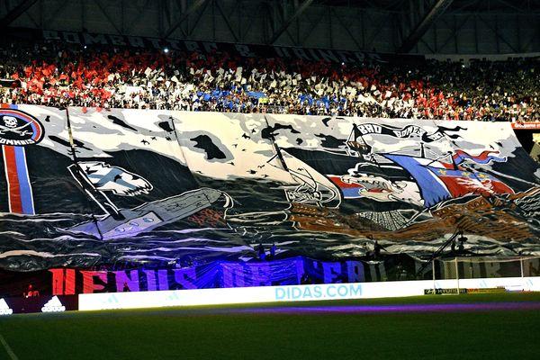 Tifo des supporters de l'Olympique Lyonnais du virage Nord