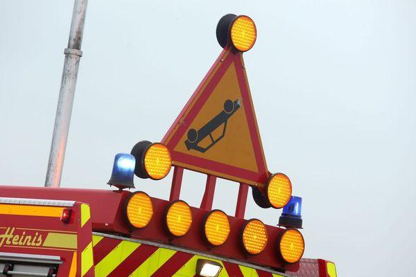 Des pompiers interviennent sur un accident de la route