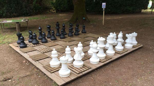 Jeu d'échecs géant... qui rappellent le Village