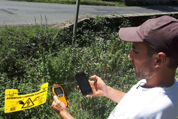 Grâce à un simple SMS envoyé depuis son smartphone, cet éleveur peut surveiller et contrôler sa clôture électrique. Un gain de temps, et de tranquillité.