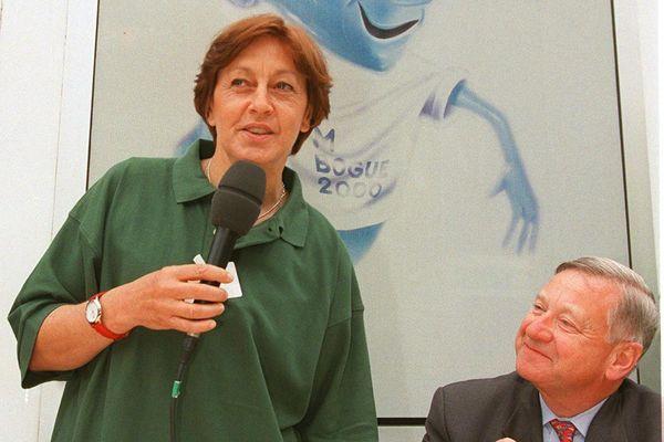 Gérard Théry, en 1999, aux côtés de la secrétaire d'Etat Marylise Lebranchu