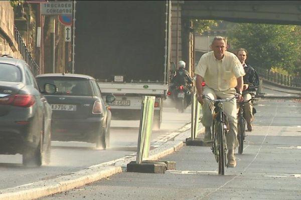 La nouvelle piste cyclable de la voie Georges-Pompidou permet la circulation des vélos dans les deux sens mais réduit celle des automobilistes.