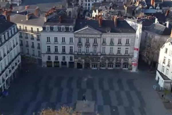 Une maquette de la place du Bouffay à Nantes ? Non, une vue aérienne de la ville en confinement (capture clip VJoncheray pour la Ville de Nantes)