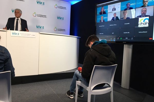 Hervé Morin (Les Centristes) a présenté sa candidature officielle dans les studios de sa webtv, chaque jour il alimentera cette chaîne diffusée sur son site de campagne.