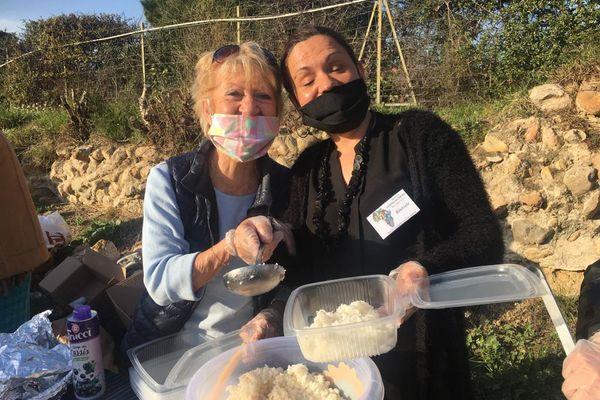 Monique et Bérangère, bénévoles, distribuent les repas chauds pour les étudiants - 26 février 2021.