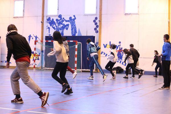 Le protocole sanitaire de niveau 1 dans les écoles lève toutes les restrictions quant à la pratique du sport, en extérieur comme en intérieur.
