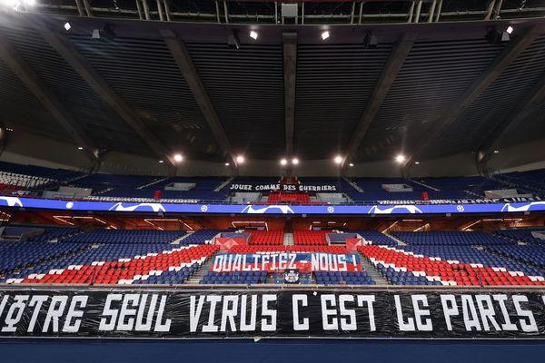 Une banderole affichée par les supporters du PSG dans le Parc des Princes, avant le match retour contre Dortmund en huitièmes de finale de la Ligue des champions, joué à huis clos (illustration).