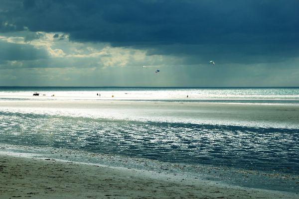 A l'horizon de Deauville, les nuages et les passages pluvieux de la matinée feront place à des éclaircies plus insistantes dans l'après-midi.