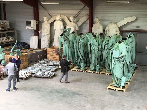 Impressionnantes statues de 3,40m de haut et de 150 kg en feuille de cuivre dont la tête a été enlevée pour accéder à l'intérieur...