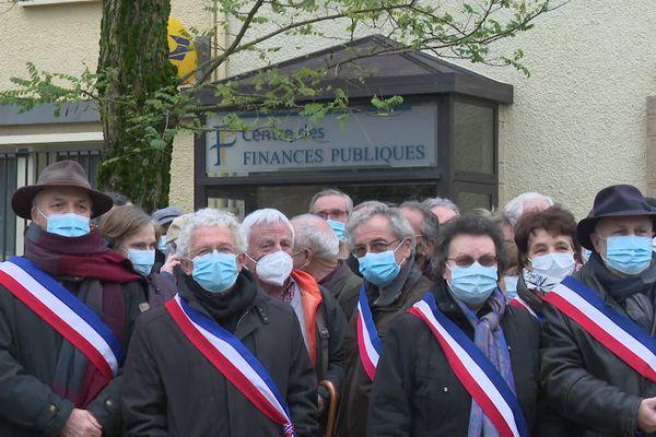 Une cinquantaine d'élus de la communauté de communes Haut-Limousin en Marche (Creuse) se sont réunis devant le centre des finances de Magnac-Laval.