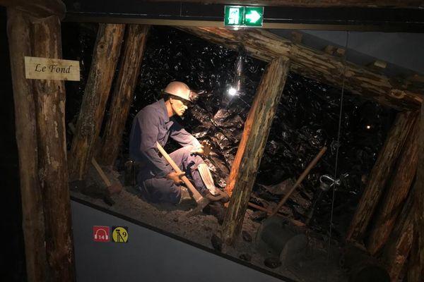 Une vitrine qui reconstitue un mineur et ses outils