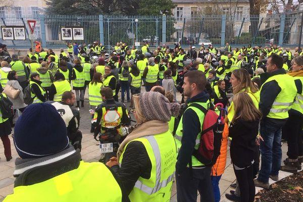 Les gilets jaunes à Nevers se sont rassemblés devant la préfecture le 1er décembre.