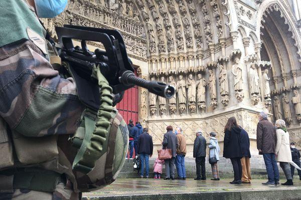 Les fidèles qui pénètrent dans la cathédrale d'Amiens, ce dimanche 1er novembre 2020.
