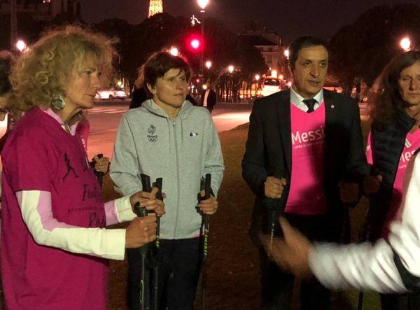 Roxana Maracineanu, ministre des Sport (2e à gauche) au côté du député de Metz Belkhir Belhaddad, lors de la marche nordique pour Octobre rose à Paris, le 23 octobre 2018.