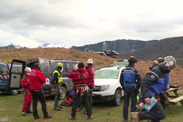Pompiers, gendarmes, guardia civil s'équipent avant le départ