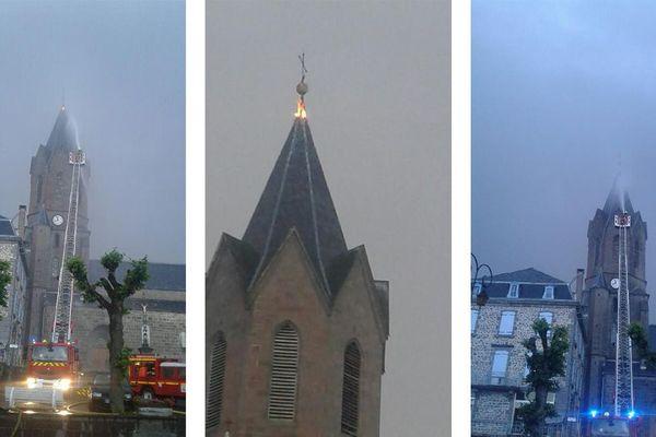 Le clocher de Neuvéglise dans le Cantal, frappé par la foudre, a pris feu.