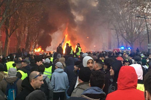 Des barricades en feu devant le musée des abattoirs lors de la manifestation samedi 8 décembre à Toulouse