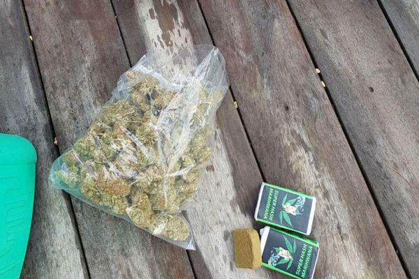 Plus d'un 1kg d'herbe et 500g de résine de cannabis ont été saisis