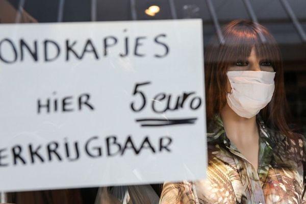 Des masques en vente dans une boutique de Rotterdam, aux Pays-Bas.