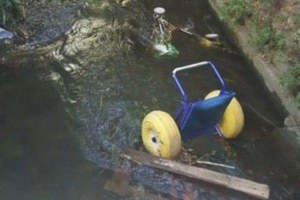 Des morceaux de tiralo  et de fauteuils ont été retrouvés dans le ruisseau à côté du local de l'APF Handicap - septembre 2020