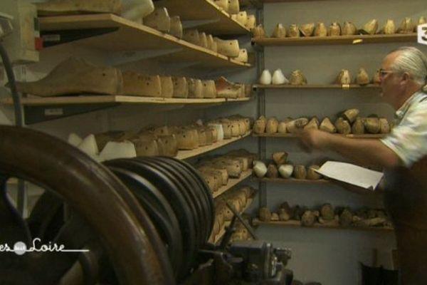 Dans l'atelier de Joël Albert, artisan bottier à Saumur (49)