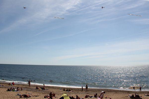 FNSEA et JA mènent une action au-dessus des plages de Vendée et loire-Atlantique, le 1er août 2016