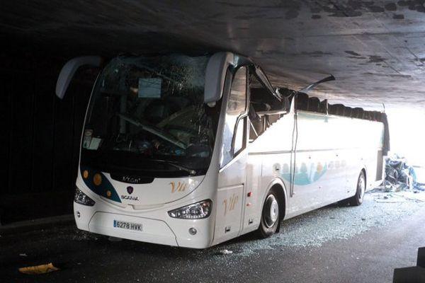 """L'autocar espagnol a été littéralement """"décapité"""" en s'engageant dans le premier mini-tunnel du Grand Boulevard à La Madeleine"""