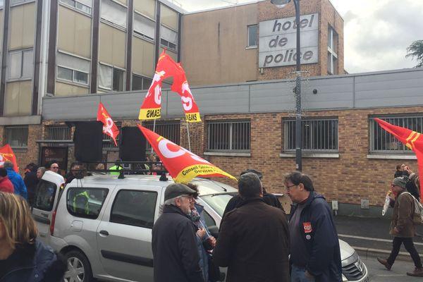 (Orléans, 10 janvier 2020). 150 manifestants devant le commissariat en soutien à deux personnes interpellées en marge de la manifestation contre la réforme des retraites.