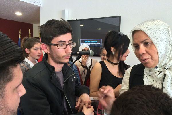 Latifa Ibn Ziaden face à des jeunes en école de la deuxième chance en Languedoc-Roussillon.