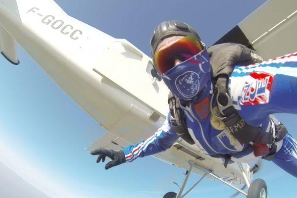 Le parachutisme c'est sauter d'un avion àplus de 3 000 m d'altitude, enchaîner des figures acrobatiques avant d'ouvrir son parachute, puisdescendre avec pour objectif d'atterrir sur un carré de 2 cm de côté.