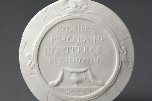 La 1ère porcelaine de Limoges, un médaillon en biscuit fabriqué en 1771