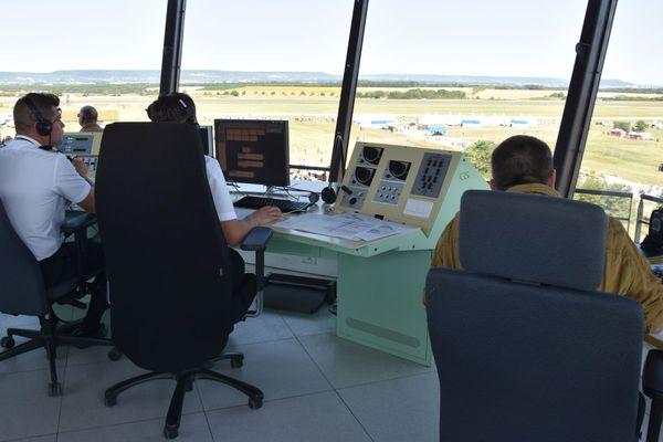 Ambiance feutrée dans la tour de contrôle de la base aérienne de Nancy-Ochey