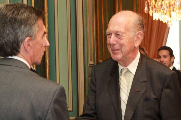 Olivier Giscard d Estaing est accueilli par son excellence Charles H. Rivkin, amabassadeur des Etats Unis en France
