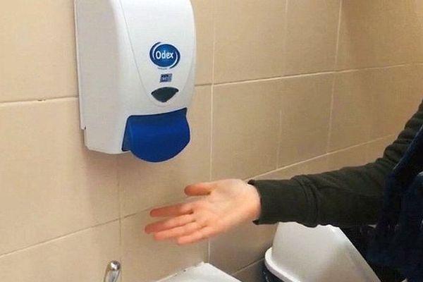 Des distributeurs de savon vides dans les toilettes, de quoi inquiéter les élèves de certains établissement scolaires de Carcassonne, dans l'Aude, en ces temps de lutte contre le Coronavirus.