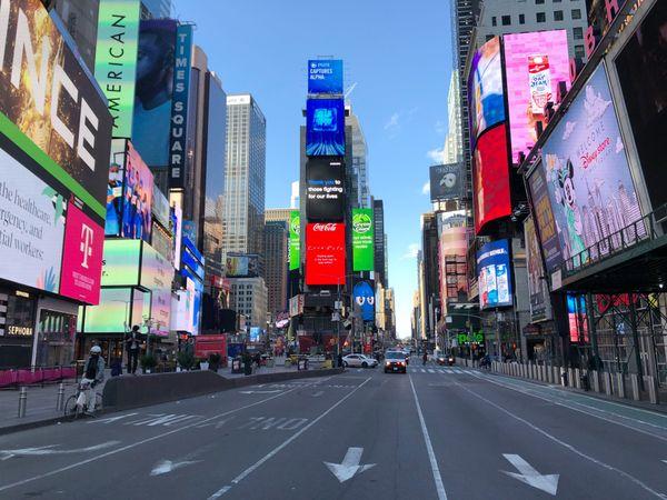 Times Square, le quartier le plus fréquenté de New York, est quasiment vide.