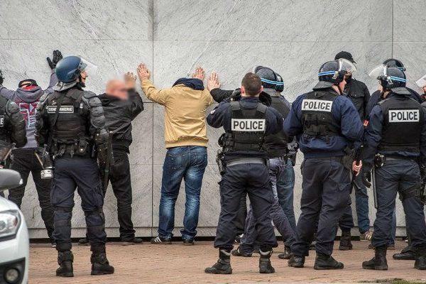 Des manifestants anti-migrants interpellés samedi à Calais lors d'une manifestation interdite.