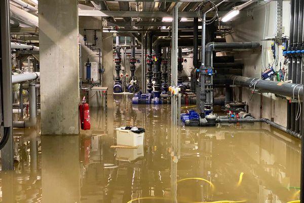 La machinerie de la piscine de Villefranche-de-Rouergue sous l'eau.