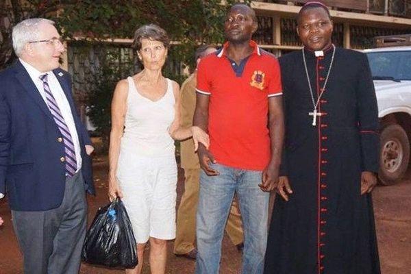 Claudia Priest (2e sur la gauche) en compagnie de l'ambassadeur français au Centrafrique, de frère Gustave et de l'archevêque de Bangui.