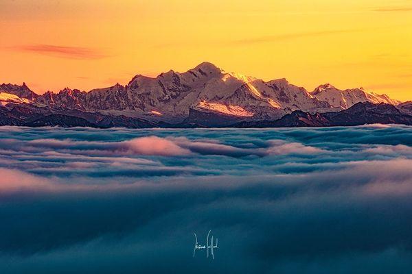 Le massif du Mont-Blanc vu depuis le sommet du Mont d'Or dans le Haut-Doubs